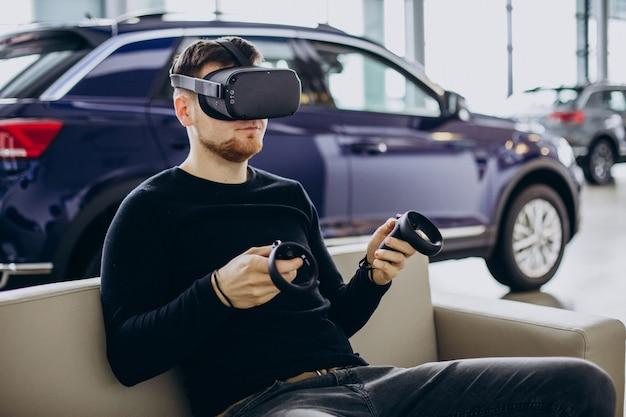 Hombre usando y jugando con gafas vr