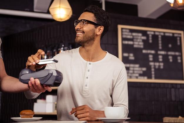 Hombre usando pago móvil