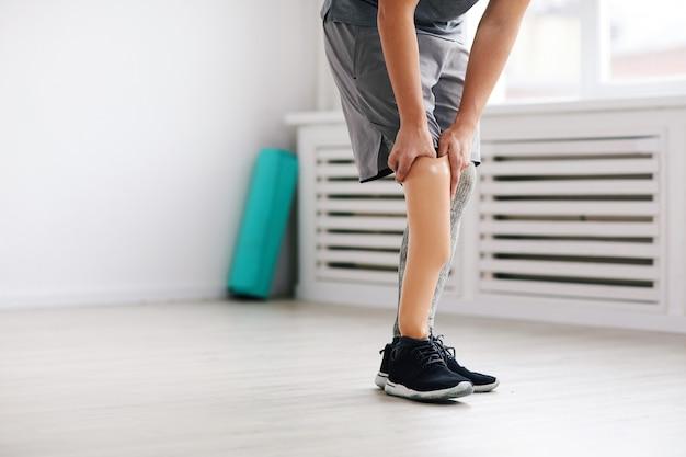 Hombre usando prótesis de pierna