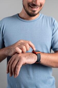 Hombre usando un reloj inteligente con un asistente digital