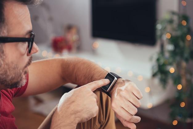 Hombre usando reloj inteligente