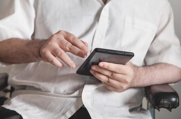 Hombre usando tableta digital. tecnología, red, negocios