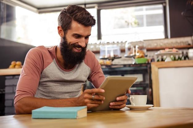 Hombre usando una tableta sentado