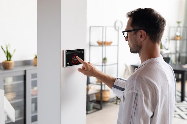 Hombre usando una tableta en su casa inteligente