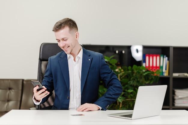 Hombre usando tarjeta de crédito para pagos en la oficina