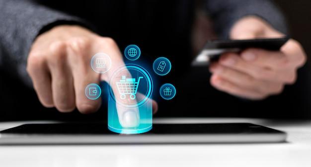 Hombre usando tecnología de tarjeta de crédito y tableta