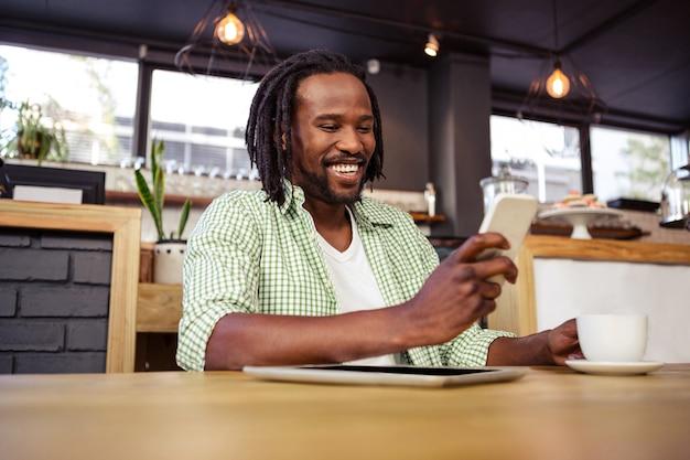Hombre usando un teléfono inteligente