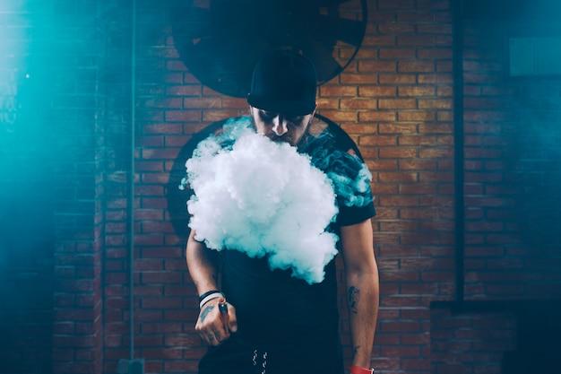 Hombre vaping un cigarrillo electrónico