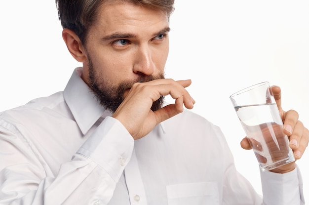 Hombre con vaso de agua retrato modelo vista recortada estilo de vida.