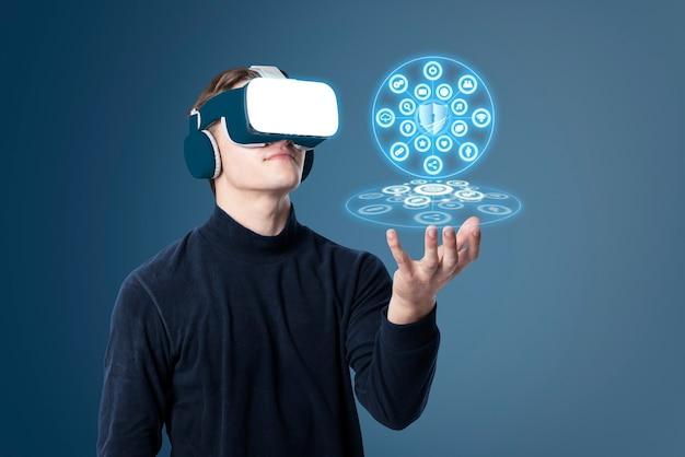 Hombre vestido con auriculares vr y apuntando al holograma de seguridad cibernética