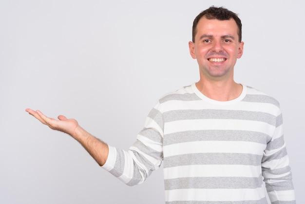Hombre vestido con camisa de manga larga en blanco