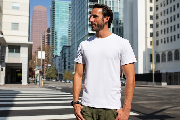 Hombre vestido casual cruzando la calle sesión de fotos al aire libre