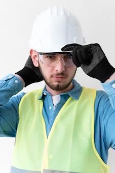 Hombre vestido con un equipo de protección industrial especial