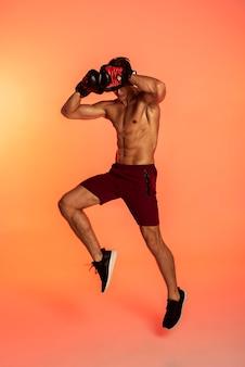 Hombre vestido con guantes de boxeo full shot
