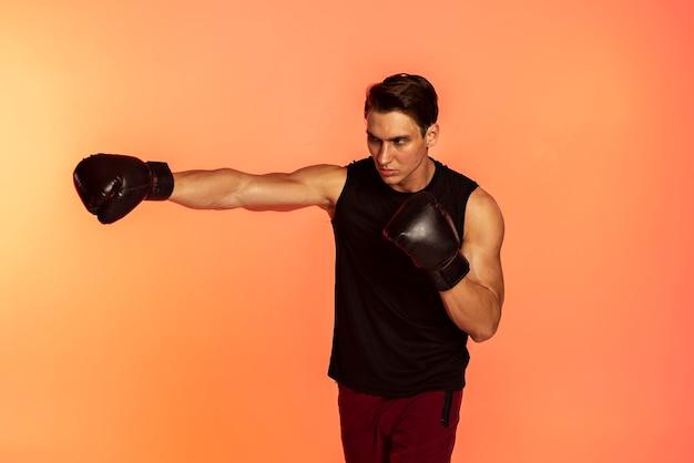 Hombre vestido con guantes de boxeo tiro medio