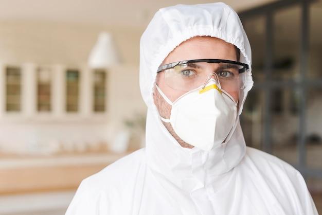 Hombre vestido con máscara y traje de materiales peligrosos