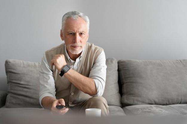 Hombre vestido con reloj de tiro medio