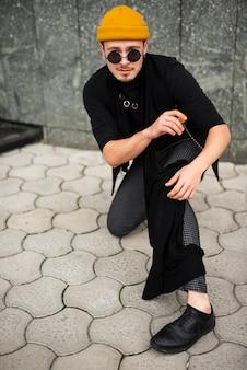Hombre vestido con street style en tiro completo