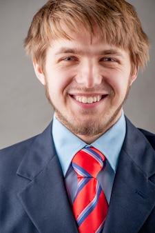 Hombre vestido con traje de estudio