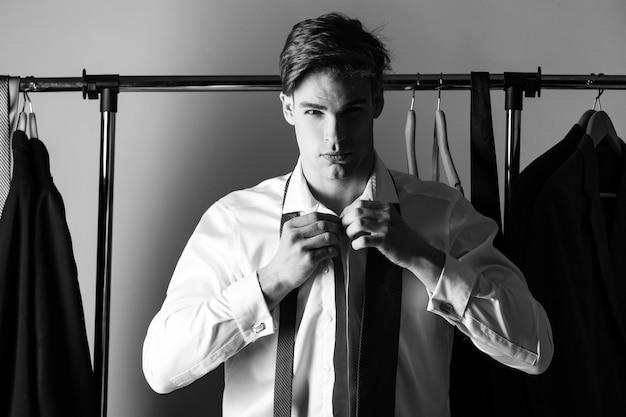 Hombre vestido con traje formal corbata y traje con camisa y corbata