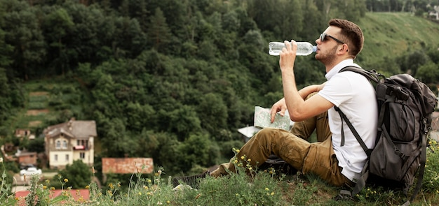 Hombre viajando solo agua potable