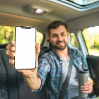 Hombre en un viaje por coche