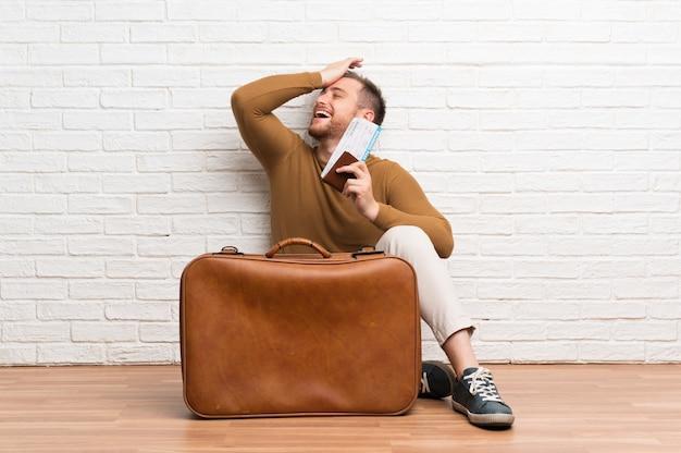 El hombre viajero con maleta y tarjeta de embarque se ha dado cuenta de algo y tiene la intención de encontrar la solución.