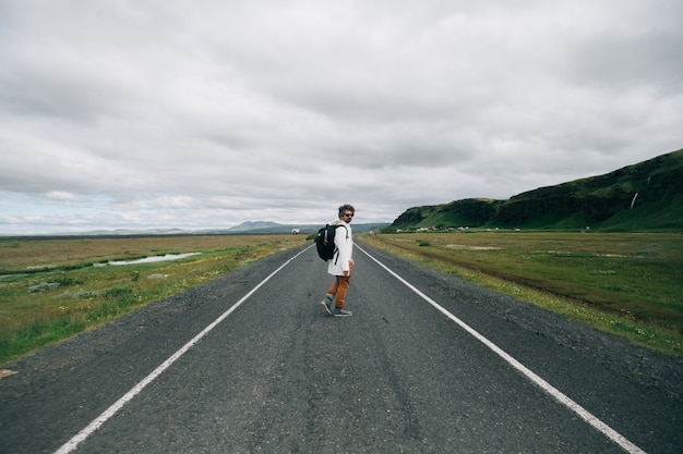 Hombre viajero con mochila explorar islandia