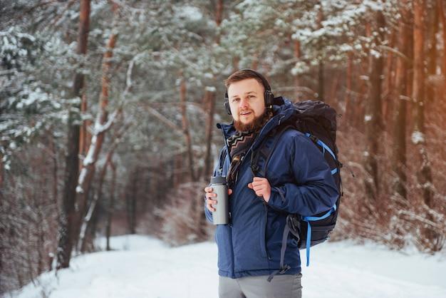 Hombre viajero con mochila de senderismo viajes estilo de vida aventura vacaciones activas al aire libre. bosque hermoso paisaje