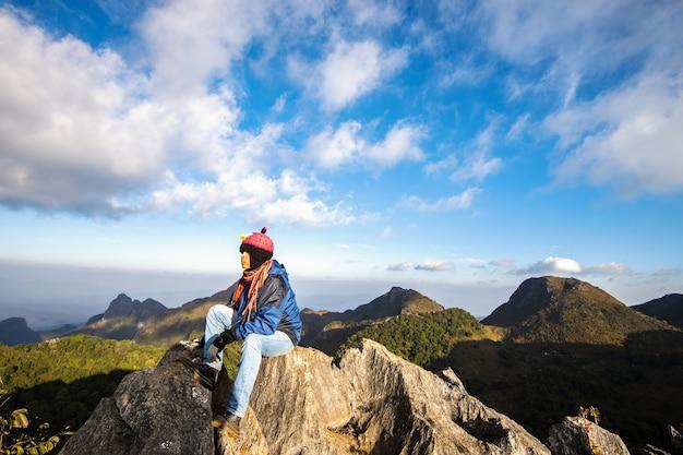 Hombre viajero montañismo viaje estilo de vida, concepto montañero.