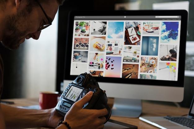 Hombre viendo fotos en su cámara