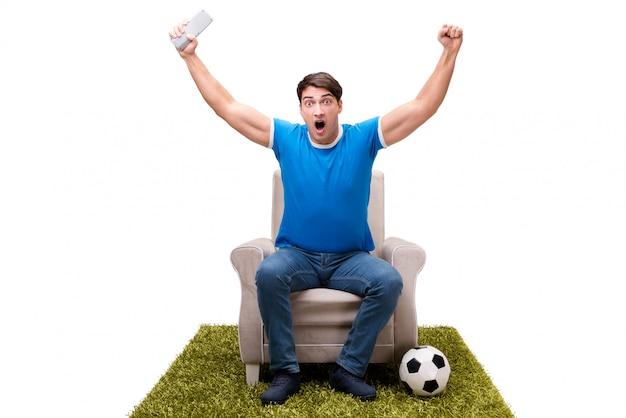 Hombre viendo fútbol aislado