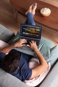 Hombre viendo netflix en su computadora portátil