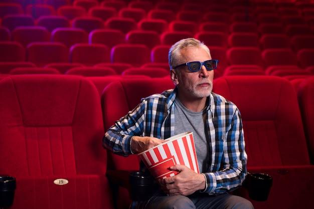 Hombre viendo película en el cine