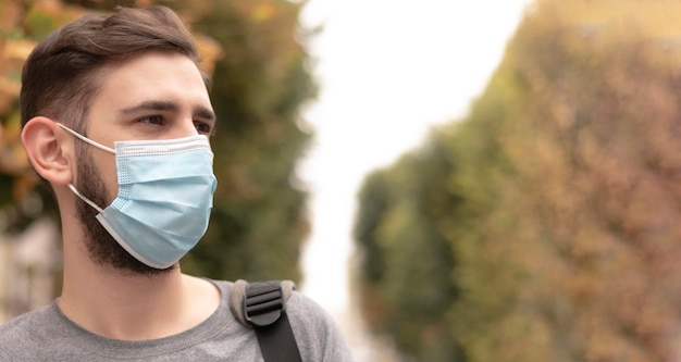 Hombre de vista lateral con máscara médica con espacio de copia