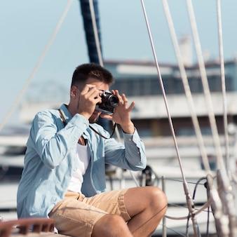 Hombre de vista lateral tomando fotos