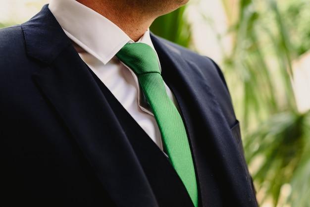 Hombre vistiendo un traje