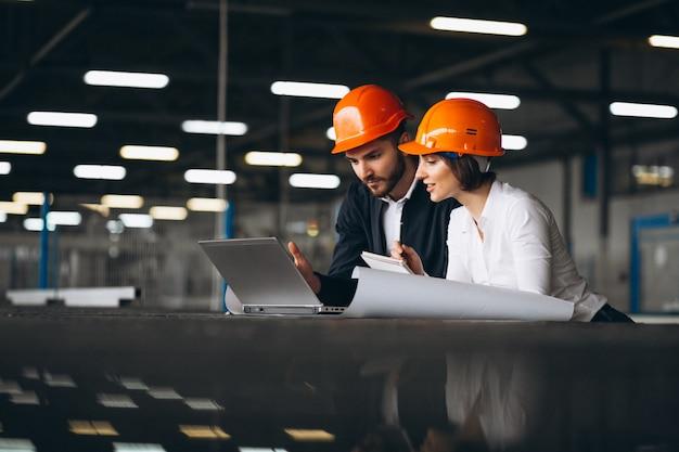 Hombre y mujer en una fábrica