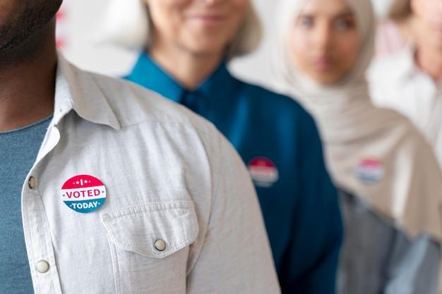 Hombre con yo voté hoy pegatina