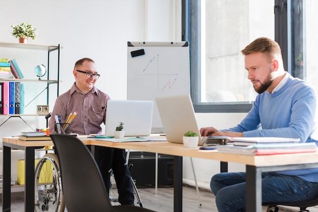Hombres adultos trabajando juntos en la oficina