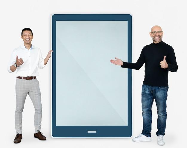 Hombres alegres mostrando una pantalla de tablet