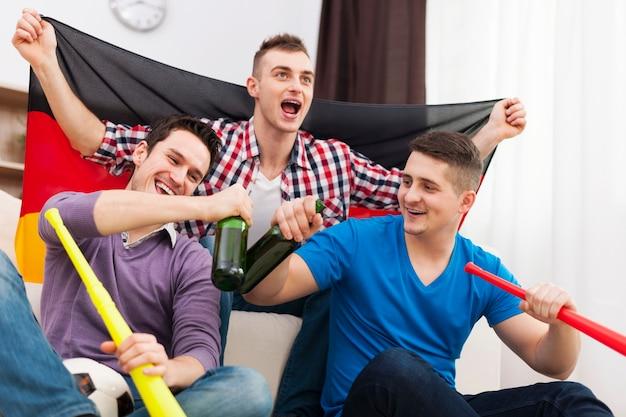 Hombres de alemania celebrando la victoria de su equipo de fútbol favorito