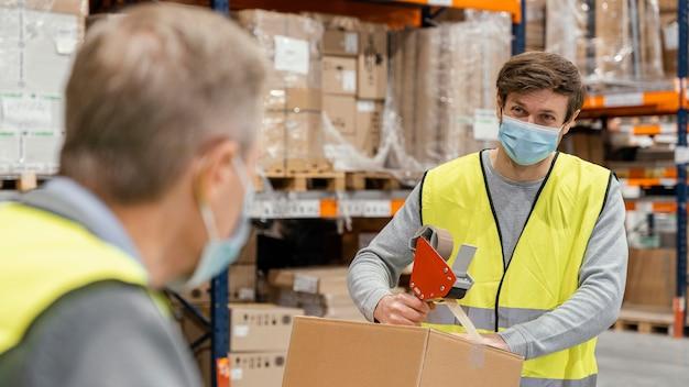 Hombres en almacén trabajando