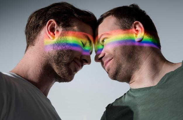 Hombres amándose con símbolo lgbt