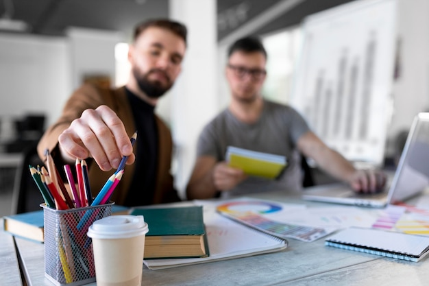 Hombres analizando un gráfico juntos en el trabajo