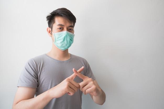Los hombres asiáticos usan máscaras de salud para prevenir los gérmenes y el polvo. pensamientos sobre el cuidado de la salud.