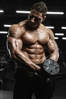 Hombres atléticos fuertes y guapos bombeando músculos concepto de culturismo entrenamiento