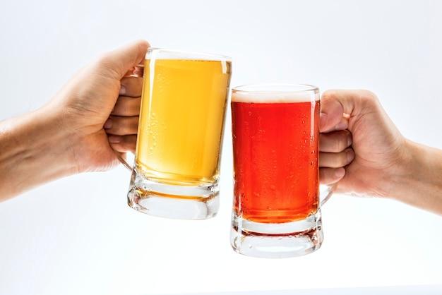 Hombres brindando con cerveza en blanco