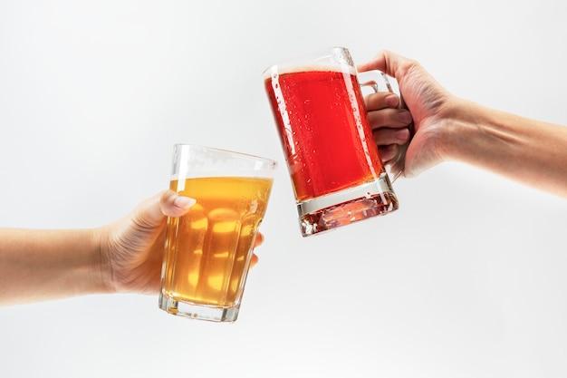 Hombres brindando con cerveza sobre fondo blanco.