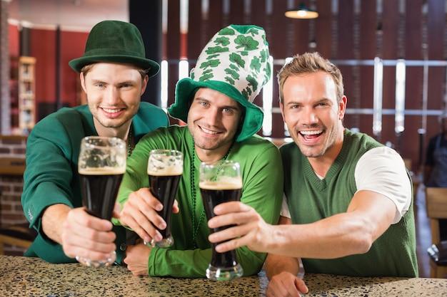 Hombres brindando con cervezas